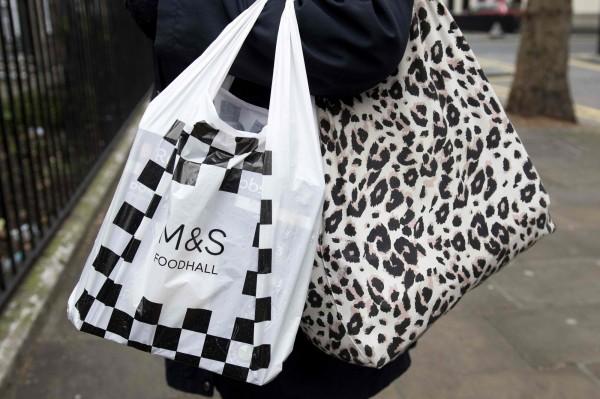 現在許多國家都開始限塑,並鼓勵民眾使用環保袋。(法新社)