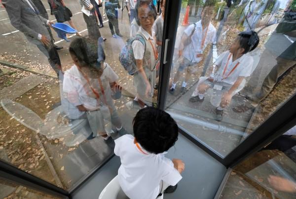 驪住集團為解決他國有露天便溺的問題,特別打造一個透明廁所,供人反思。由於鏡面的特殊設計,外面的人看不見如廁者。(法新社)
