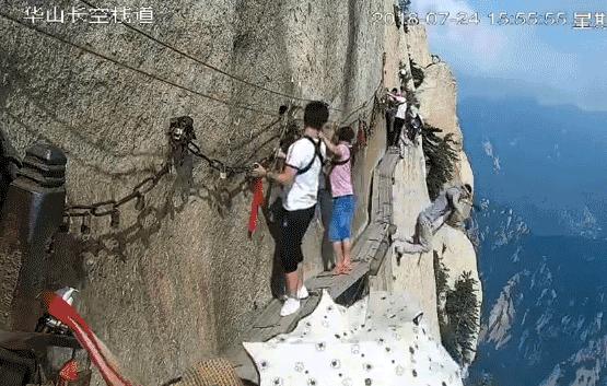 日前在中國華山發生一起跳崖輕生事件,經搜救人員連日的搜索,終於在27日找到遺體,目前警方正在確認這名輕生旅客的身分,以通知家屬處理後事。(圖擷取自微博影片)