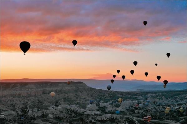 位於土耳其中部的卡帕多奇亞,擁有奇特的地形景觀與熱氣球體驗,吸引無數觀光客前來朝聖。(圖片提供/Peilun)