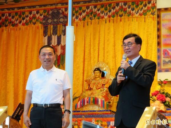 代表新北市長朱立倫出席活度的副市長李四川(右),大方祝福侯友宜年底心想事成。(記者何玉華攝)