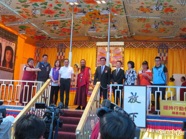 國民黨新北市長參選人侯友宜參加世界佛教正心會活動,與新北市府代表剛好同台。(記者何玉華攝)