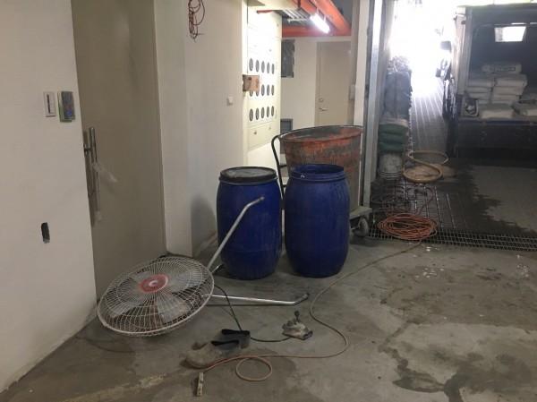 高姓工人在工地搬運電風扇時疑似不慎觸電,目前已被送醫搶救。(記者曾健銘翻攝)
