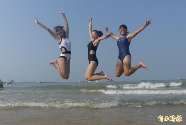 金門舉辦搶灘料羅灣海上長泳,來不及參加者,現場也可盡情享受陽光、沙灘、海浪的夏日風情。(記者吳正庭攝)