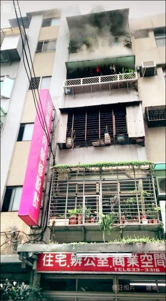 台北市內湖一處公寓發生火災,4樓後側廚房起火燃燒,但因裝置的火警器及時發出警報才未釀禍。(記者劉慶侯翻攝)