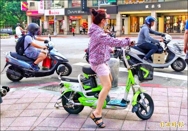 電動自行車不需考照就能上路,安全性引人擔憂,交通部決定納管,未來電動自行車要上路前都須領牌,違規時以車追人開罰。(記者張嘉明攝)