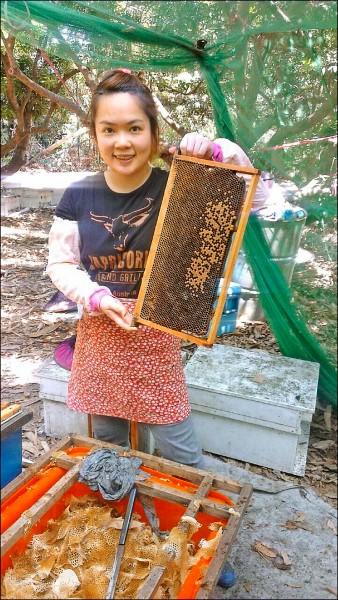 女蜂農程苡嫙,勇奪龍眼蜜品質評鑑「特等獎」。(程苡嫙提供)