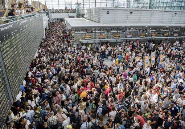 德國慕尼黑機場緊急關閉部分區域,停飛200航班,大批旅客塞爆候機大廳。(美聯社)