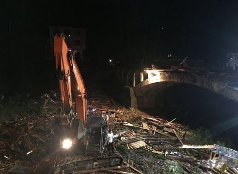 中國浙江杭州廊橋崩塌,官方傷亡數字為8死3傷,但網路上卻流傳著中國政府搶屍掩蓋死亡人數的消息。(圖擷自推特)