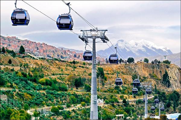 2018年7月16日,玻利維亞首都拉巴斯的第7條電纜車路線「天空線」正式投入營運。(法新社)