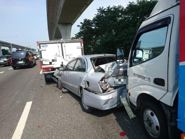 國道1號北上路段下午驚傳5車追撞事故,所幸僅造成1人輕傷送醫。(記者曾健銘翻攝)