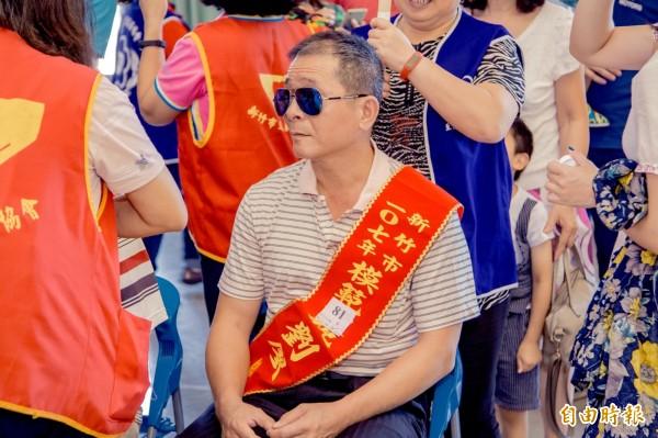 克服視障以按摩專業開啟一片天 ,劉廖泉獲選今年竹市模範父親 。(記者蔡彰盛攝)