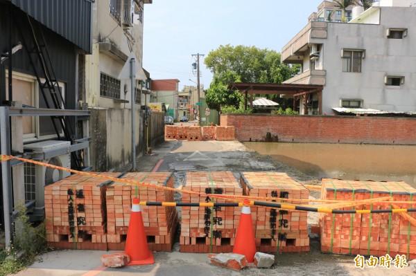 頭份市上庄路旁一處巷道,疑因私人糾紛,竟遭人堆放磚塊阻礙車輛通行。(記者鄭名翔攝)