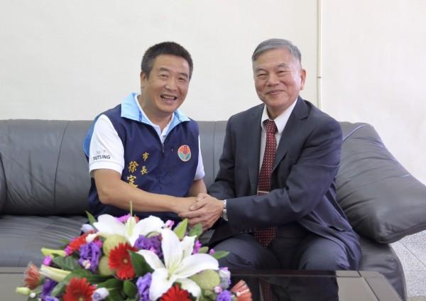 經濟部長沈榮津(右)今在頭份市長徐定禎(左)的陪同下參訪頭份工業區,並共商如何活化苗栗產業發展。(記者鄭名翔翻攝)