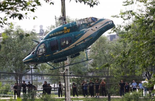 中國北京今日發生直升機墜落事故,一架直升機上午11時左右,墜落京承高速公路進北京方向吉祥寺橋附近。(路透)