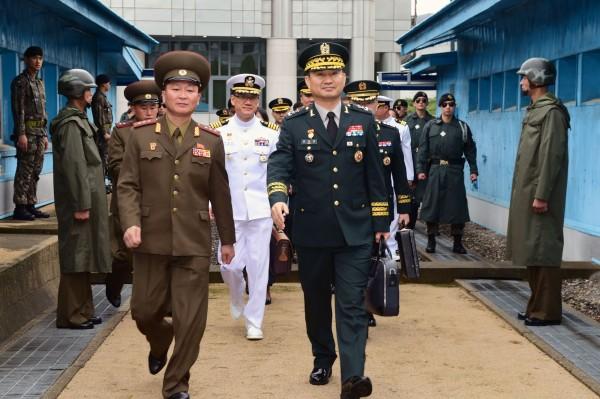 南北韓明日將在板門店舉辦第9次將軍級會談,會談聚焦於解除板門店聯合警備區武裝。圖為6月14日兩韓會談狀況。(法新社)
