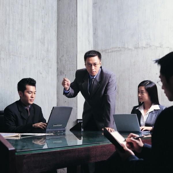 美國一項研究就發現,如果員工認為自己的收入低於同事,工作就不會那麼努力。(情境照)