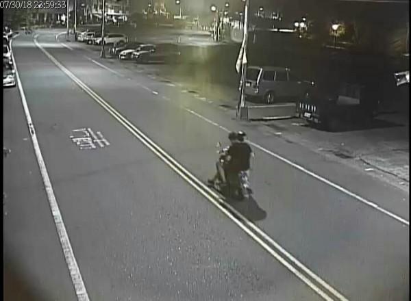 南投警方調閱路口監視影帶,鎖定共乘一部機車的張姓及林姓兩名未成年少年涉及槍擊案。(記者謝介裕翻攝)