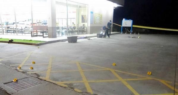 南投縣竹山鎮一家超商大門前發生一起槍擊案,警方拉起封鎖線調查。(記者謝介裕翻攝)