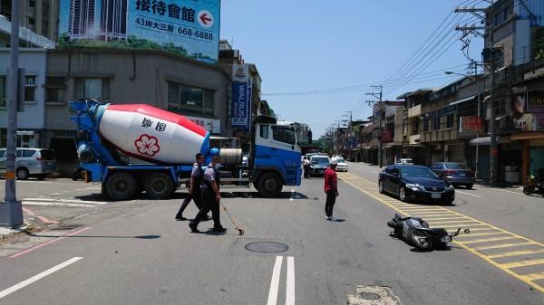 一輛混凝土車今早自竹北市水瀧路駛出中山路時,與一輛機車發生碰撞,造成騎士摔倒受傷;附近居民抱怨,屢見工程車違規跨越槽化線左轉。(記者廖雪茹翻攝)