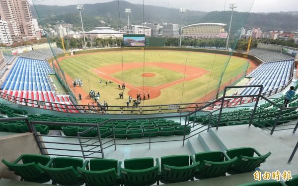 台北市立大學計畫在天母棒球場看台下方興建學生宿舍,引發市議員批評。(資料照,記者劉信德攝)