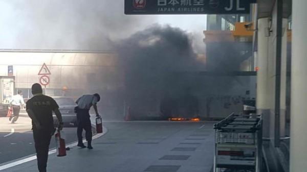 桃園機場第二航廈3樓北側出口,今早10時40分許冒出陣陣濃煙。(圖擷取自PTT)