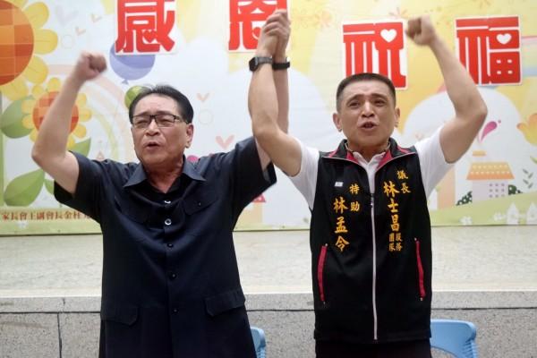 台中市議長林士昌(左)宣布退選,交棒兒子林孟令。(議長林士昌服務處提供)