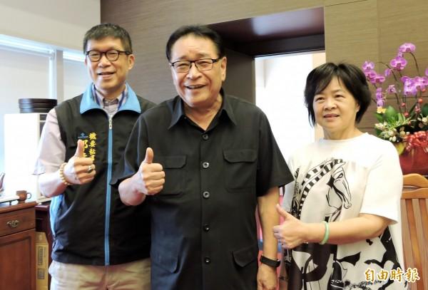 台中市議長林士昌(中)宣布退選, 讓幕僚很不捨。(記者張菁雅攝)