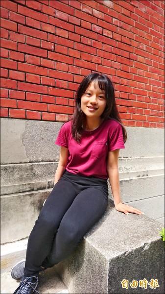 愛看英文小說的王睿萱,大學指考英文科拿下99.75分,為全國最高。(記者劉婉君攝)