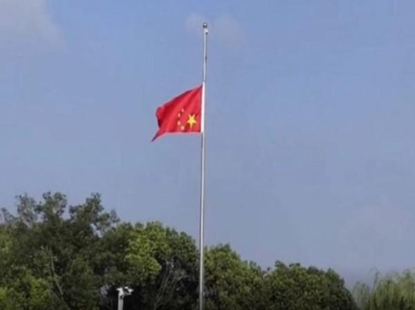 中國江蘇省南通市興東國際機場,竟出現五星旗倒掛還降半旗的奇觀,引發網友議論紛紛,許多人認為這是在為中國爆發的毒疫苗事件默哀,更有人為機場人員的生命安全擔憂。(圖擷取自微博)
