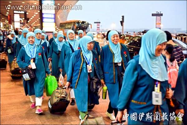 中國伊斯蘭教協會公佈中國穆斯林出發前往麥加朝聖照片,當局以確保信徒旅行安全為由,發予信徒內建GPS定位追蹤功能的智慧卡,以掌握其動向。(取自中國伊斯蘭教協會官網)