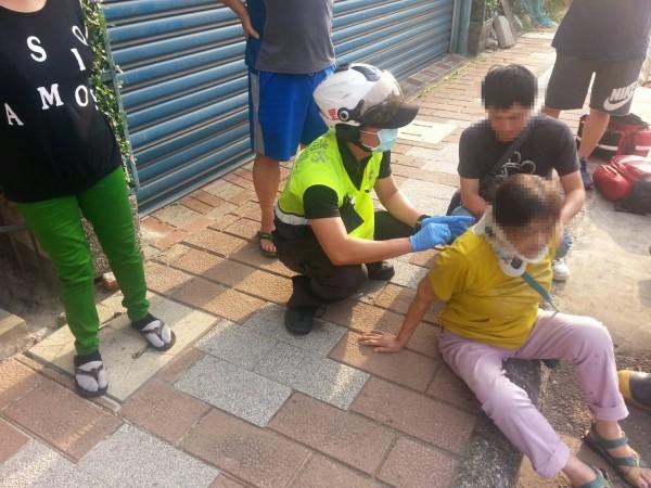警消協助8旬老婦送醫。(記者王宣晴翻攝)