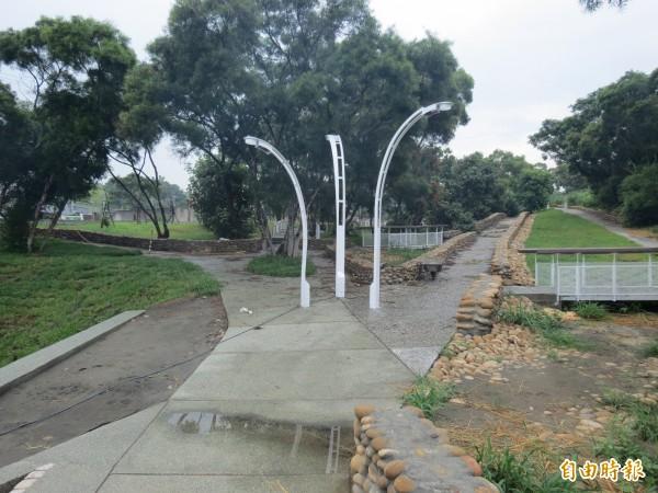 龍井「水師寮兒童公園」已完工,步道依地形設計,由上而下。(記者蘇金鳳攝)