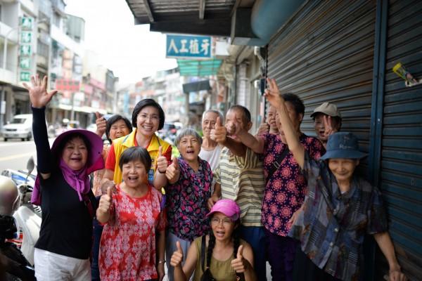新竹縣長參選人、民國黨主席徐欣瑩(後排穿黃背心者)下鄉時,受到鄉親熱烈歡迎。(圖由徐欣瑩團隊提供)