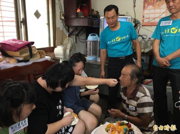 黃家三女喜極而泣,餵爸爸吃蛋糕。(記者張軒哲攝)