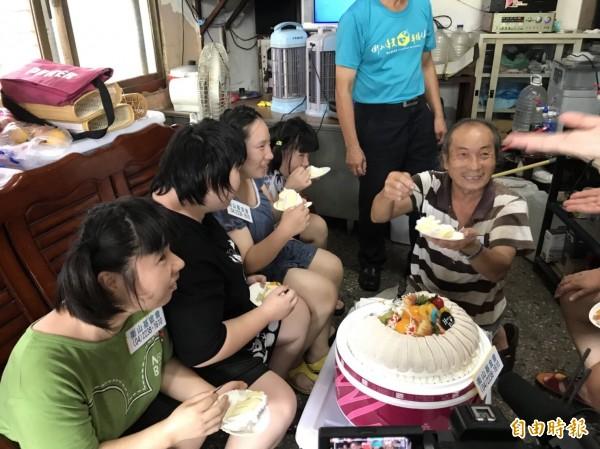 黃爸爸與女兒開心切蛋糕。(記者張軒哲攝)