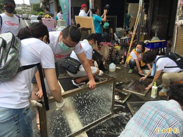 志工幫黃家清洗門窗。(記者張軒哲攝)