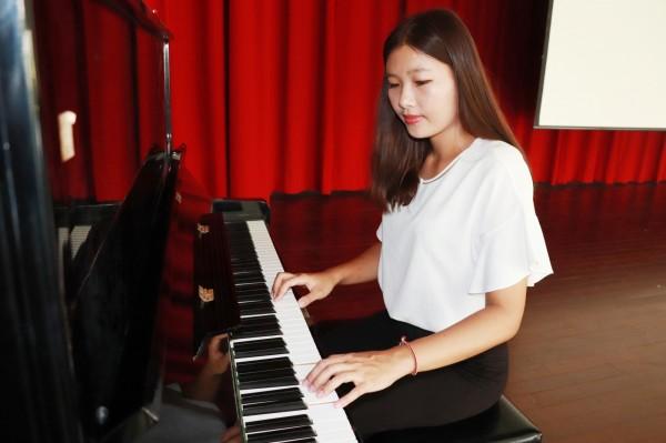 吳名訢也彈得一手好鋼琴。(記者楊金城翻攝)