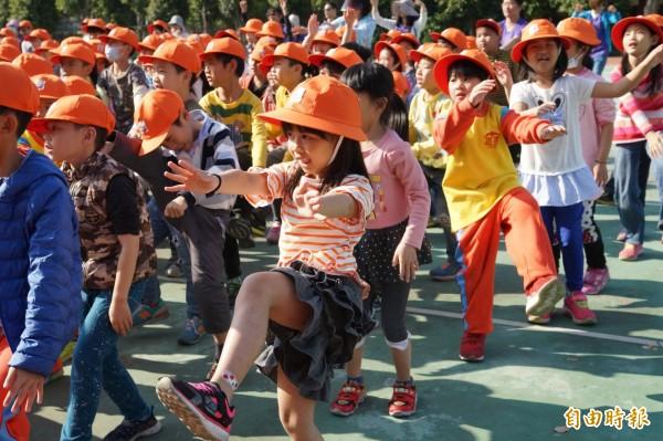 新竹市水源國小推動拒菸拒檳榔的健康促進活動宣導,拍攝的短片獲教育部評選全國第一名,學校還為非洲孩子募舊鞋,發起「為愛而跑」的活動。(記者洪美秀攝)