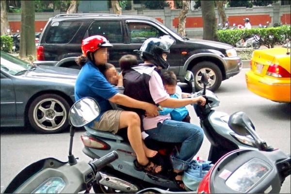 研究統計,搭乘機動車發生事故是兒少傷害死因第一名,約三分之一的兒童沒有每次都戴安全帽。(資料照)