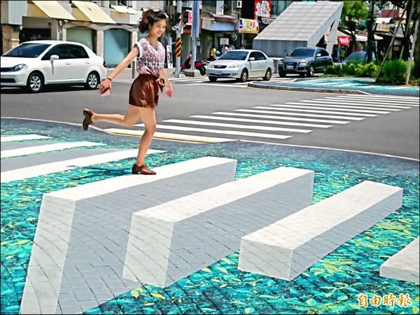 海安路、中正路口的3D透視彩繪「Runway 」,讓民眾穿越馬路時,彷彿漫步在懸浮樹梢上方的高空斑馬線廊道,有平行空間的奇幻感。 (記者洪瑞琴攝)