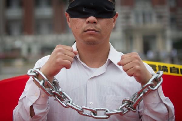 中國一名退休教授直播批評時政,疑似遭警方強行帶走。圖為示意圖。(法新社)
