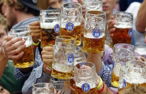 英國官方建議每週攝取14單位的酒精,研究探明按照此指示,患得阿茲海默症的機率會多出23.5%;完全不喝酒則讓風險多出47%,但若喝下超過14單位酒精,失智風險則高出50%。(美聯社)