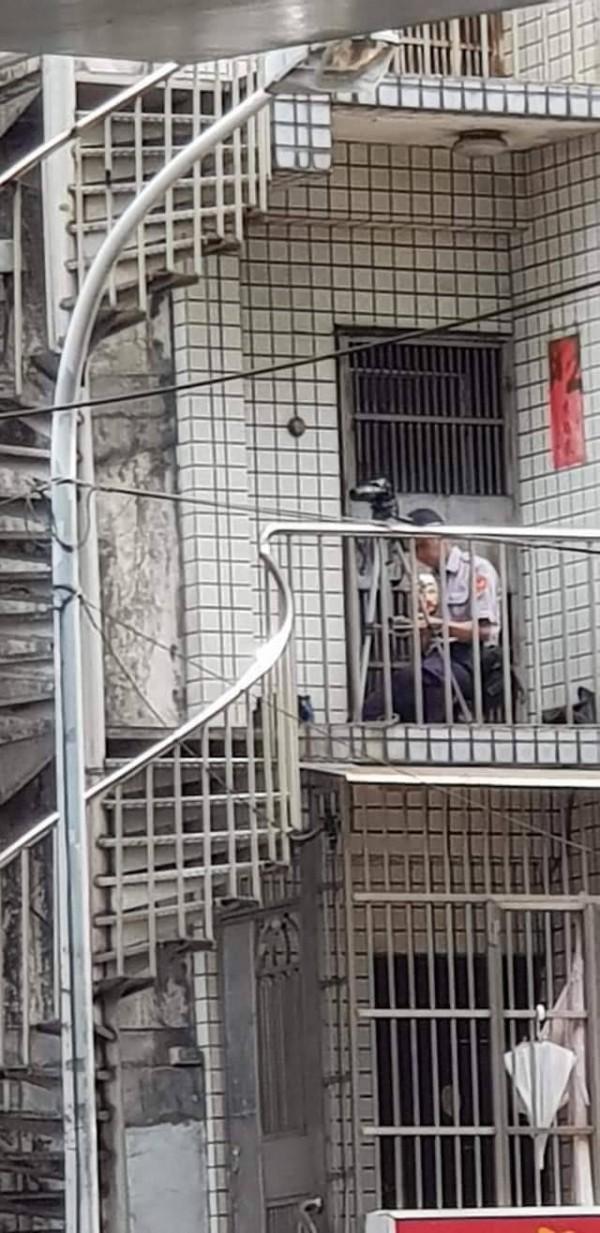 新北市中和分局員警被民眾拍下躲在樓梯間進行違規取締。(記者陳薏云翻攝自爆怨公社)