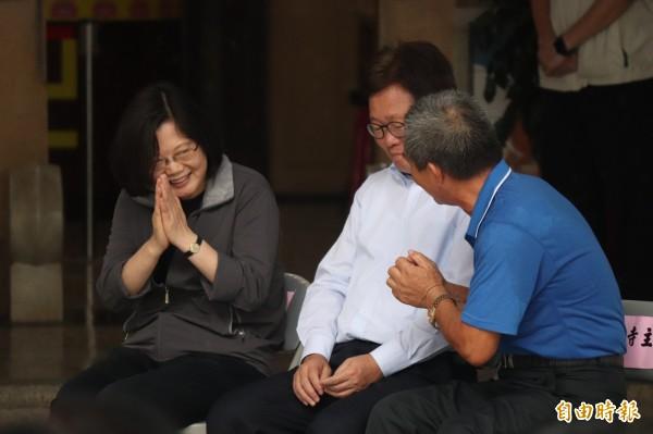 總統蔡英文(左)與慈雲寺主委不時交談。(記者林敬倫攝)