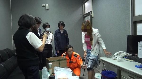 金門查緝隊會同海關在女子(右一)大腿發現纏綁膠帶下,夾藏著保育龜、松鼠。(圖由金門查緝隊提供)