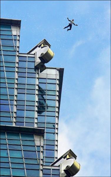 台北101大樓啟用後,第二次有人爬出91樓的戶外觀景台,上一次是2007年12月間,奧地利籍的極限運動選手菲利克斯,翻越護欄跳傘(美聯社檔案照)。