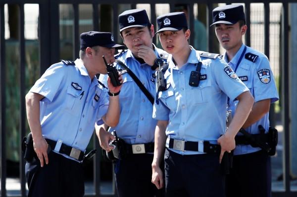 中國山東大學退休教授孫文廣接受媒體電話採訪,中國公安竟闖進家中強行將人帶走。中國公安示意圖。(路透)
