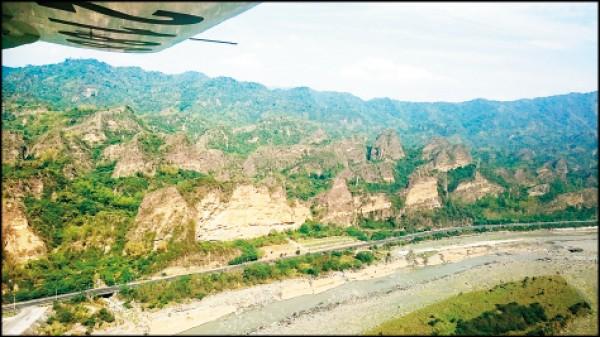 從高空近距離觀賞十八羅漢山景致。(威翔航空提供)
