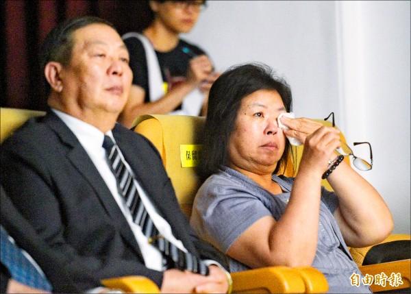 「少了一個之後—孤軍」紀錄片昨首映,黃國章的母親陳碧娥觀賞時忍不住拭淚。(記者張嘉明攝)